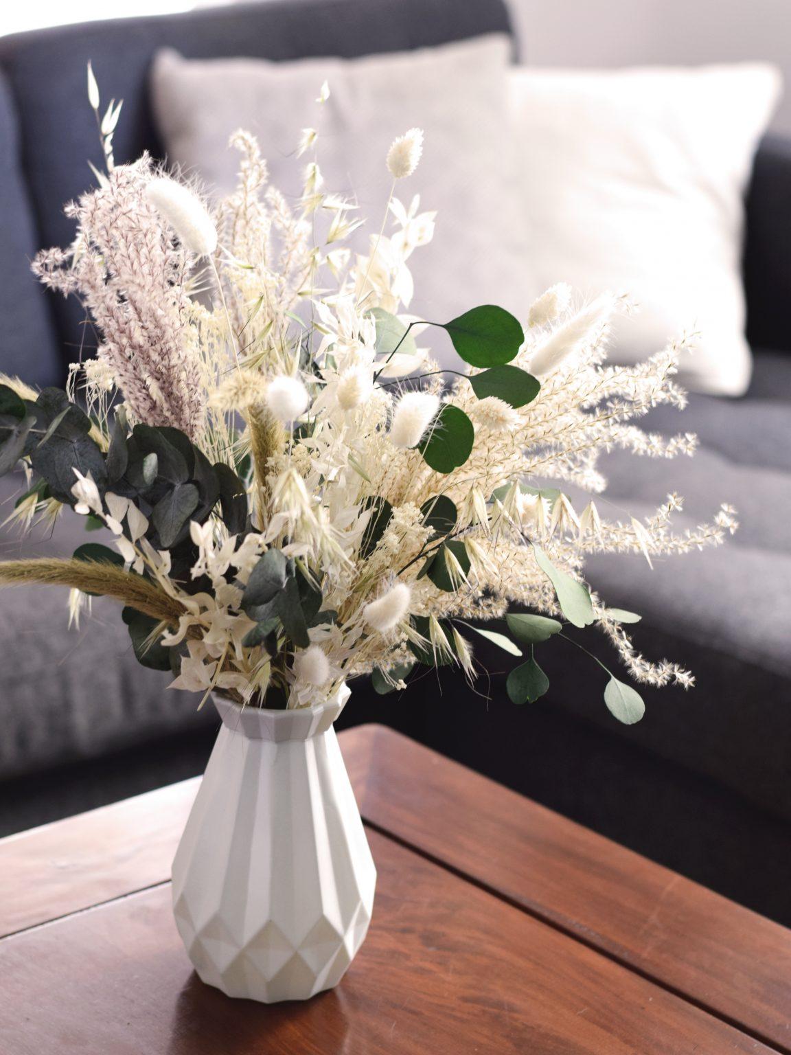 Arreglo de flores preservadas en jarrón de cristal blanco por Arbolande