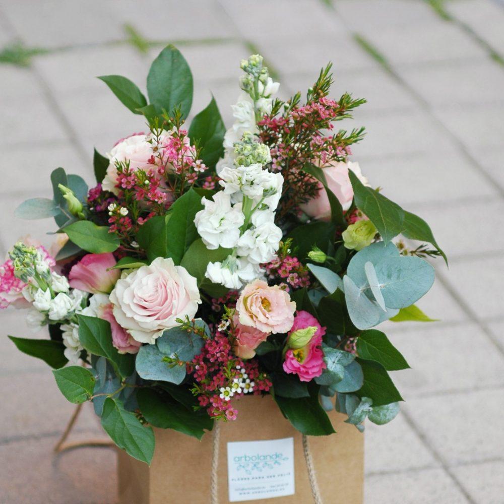 Ramo de rosas y flores de temporada
